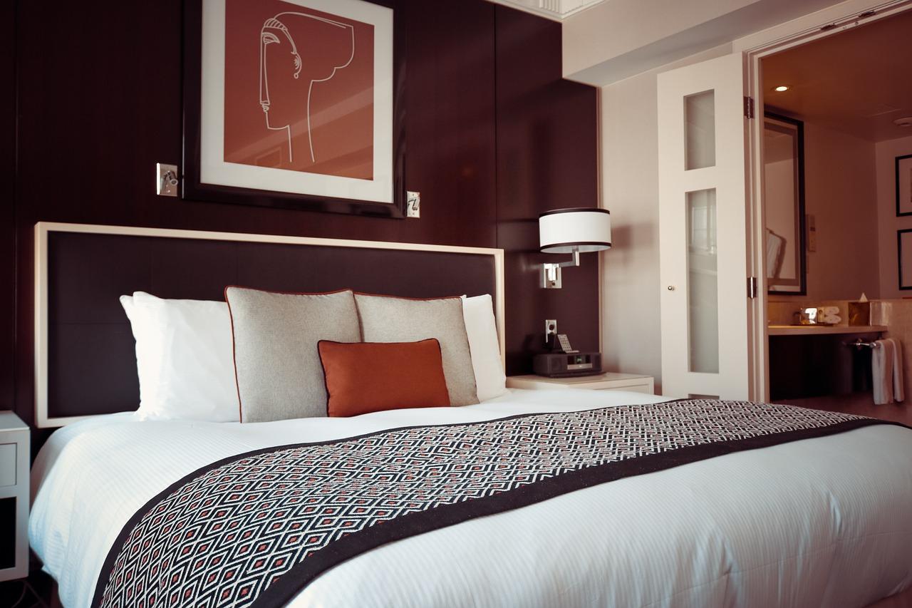 Jak odmienić wnętrze przy pomocy designerskich poduszek?