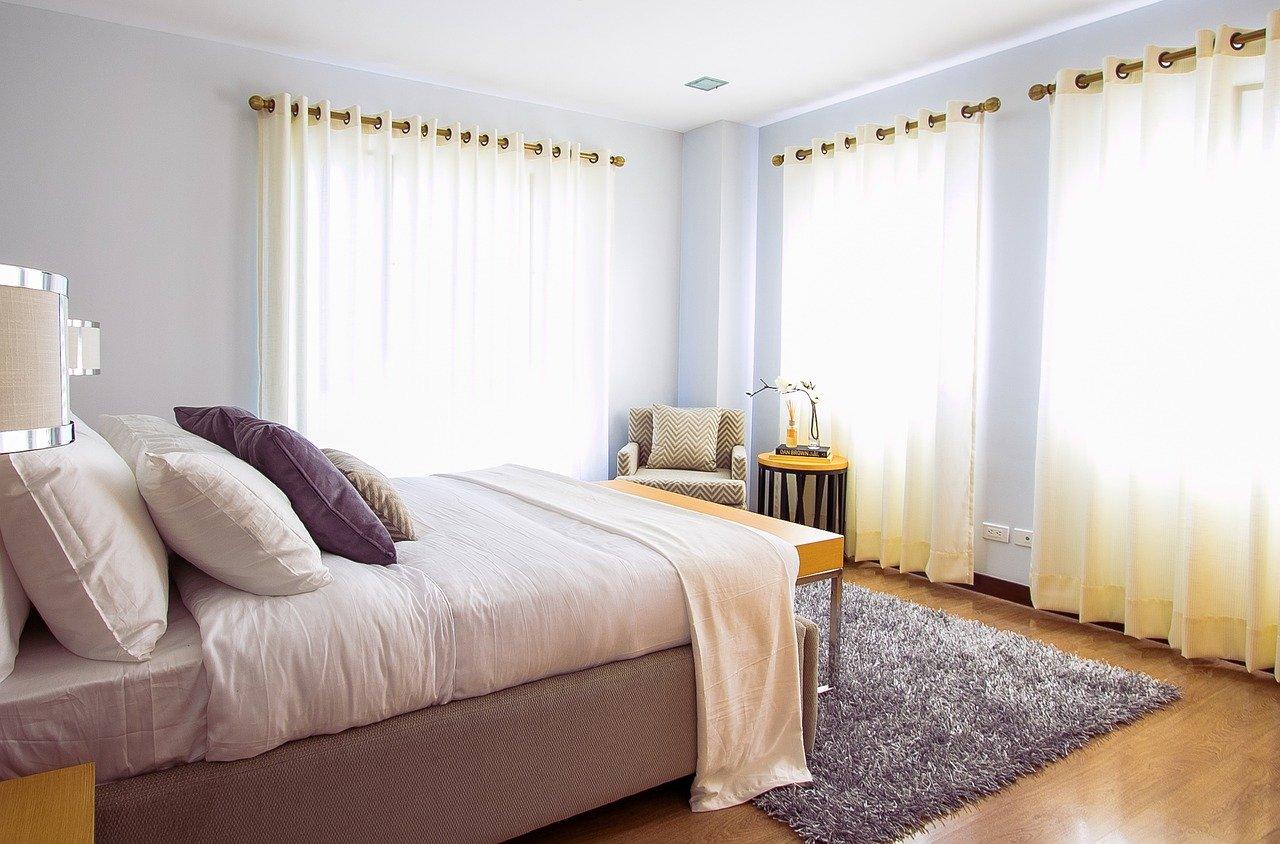 Stylowa sypialnia nawet w ciągu dnia, czyli narzuty i poduszki, które ozdobią Twoje łóżko