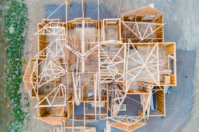 Jak przebiega budowa domu z drewna?